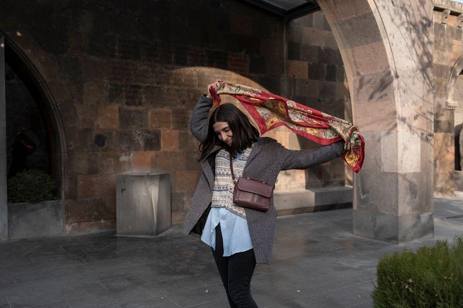 Naré Martirosian, 19, studiert Theater und Filmkunst an der Eriwaner Staatsuniversität. Ihr christlicher Glaube half ihr in den vergangenen Wochen, erzählt sie. Was passierte, hatte sie, wie so viele, nicht kommen sehen:»Wir haben immer versucht, uns den Krieg vorzustellen, und hatten doch keine Ahnung«