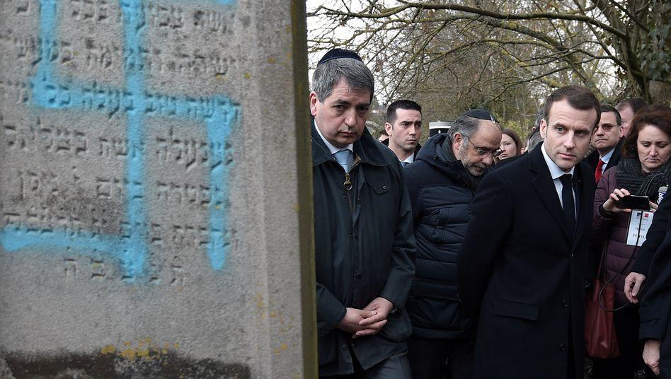Emmanuel Macron beim Besuch eines jüdischen Friedhofs nahe Straßburg