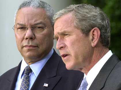 """Außenminister Powell, l., US-Präsident Bush: """"Sklave"""" und """"Meister""""?"""