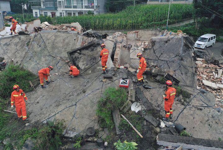 Changning: Rettungskräfte suchen in den Trümmern eines eingestürzten Gebäudes nach eingeschlossenen Personen