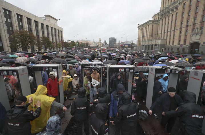 Die Zehntausenden Demonstranten mussten erst durch den Security-Check