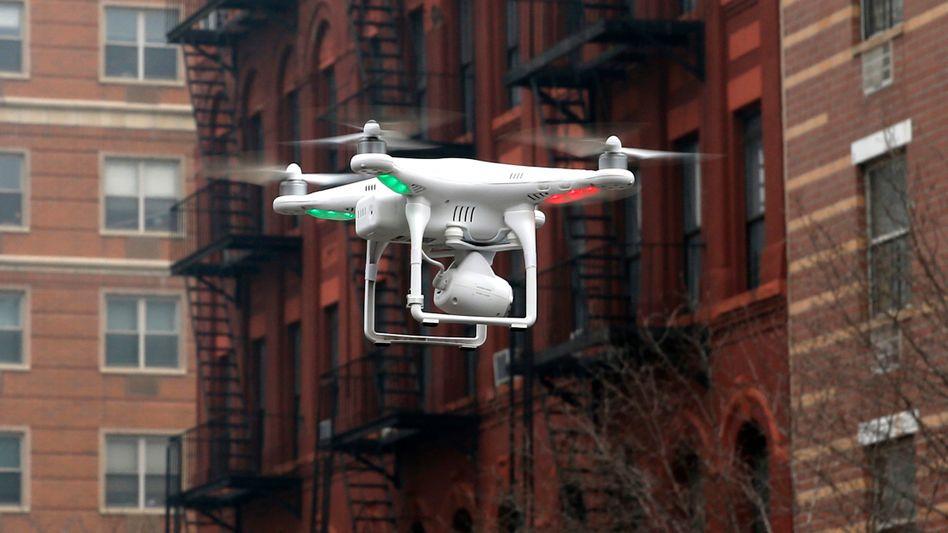 Drohne beim Flug durch New York: Aufklärungsvideo soll Neulingen helfen