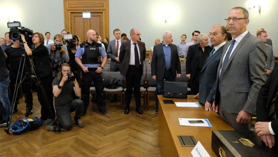AfD-Landesvorsitzender Jörg Urban (r.) im Verfassungsgerichtshof: 30 Listenkandidaten bei der Landtagswahl