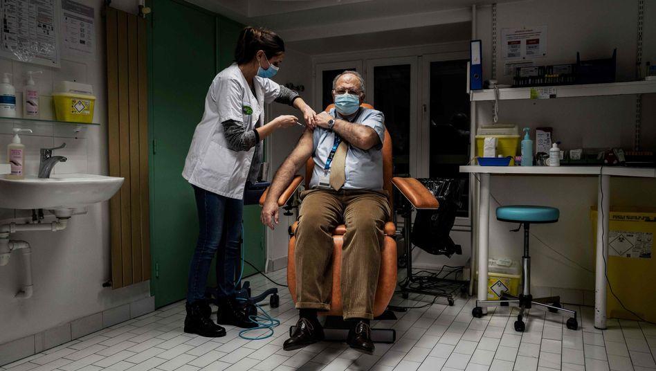 Corona-Impfung für medizinisches Personal im Krankenhaus Croix Rousse: Nur gut jeder zweite Franzose will sich einen Piks verpassen lassen