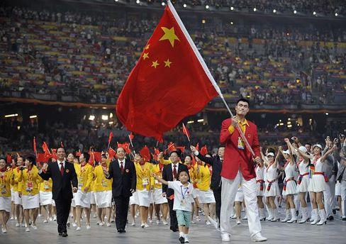 Einmarsch der chinesischen Delegation ins Pekinger Olympia-Stadion: Marschierende Menschenblöcke