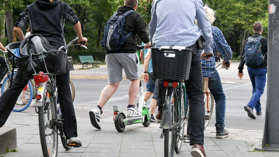 E-Stehroller und Fahrräder sind total gefährlich, weil so oft Autos gegen die Verwender gegenfahren
