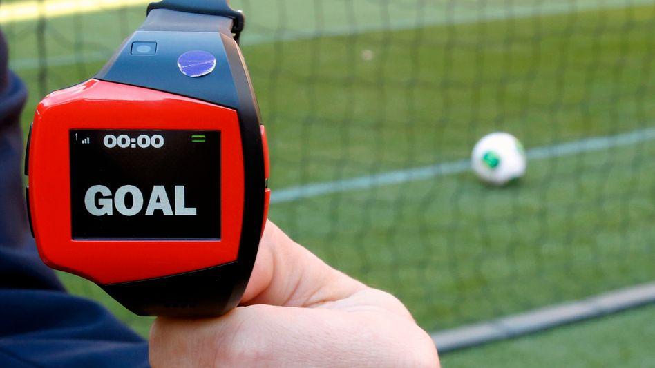 Goal: Wenn der Ball die Torlinie überquert hat, zeigt die Uhr des Schiedsrichters das an