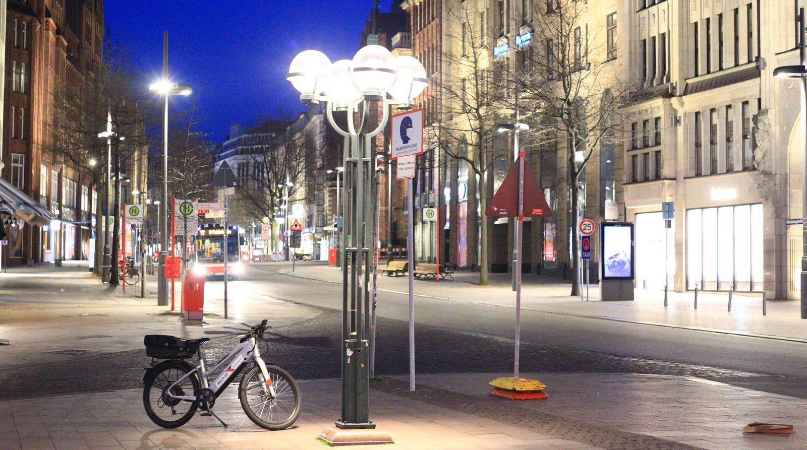 Menschenleere Geschäftsstraße/Flaniermeile Mönckebergstraße in der Hamburger Innenstadt während der Ausgangssperre. Inn