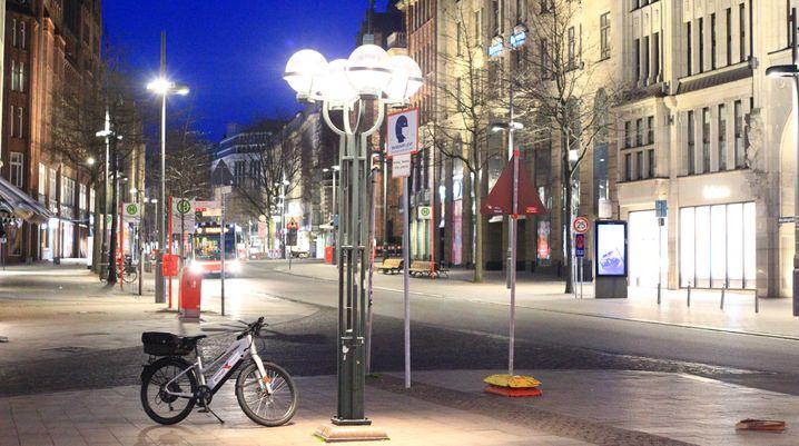 Menschenleere Mönckebergstraße: In Hamburg herrscht bereits eine nächtliche Ausgangssperre