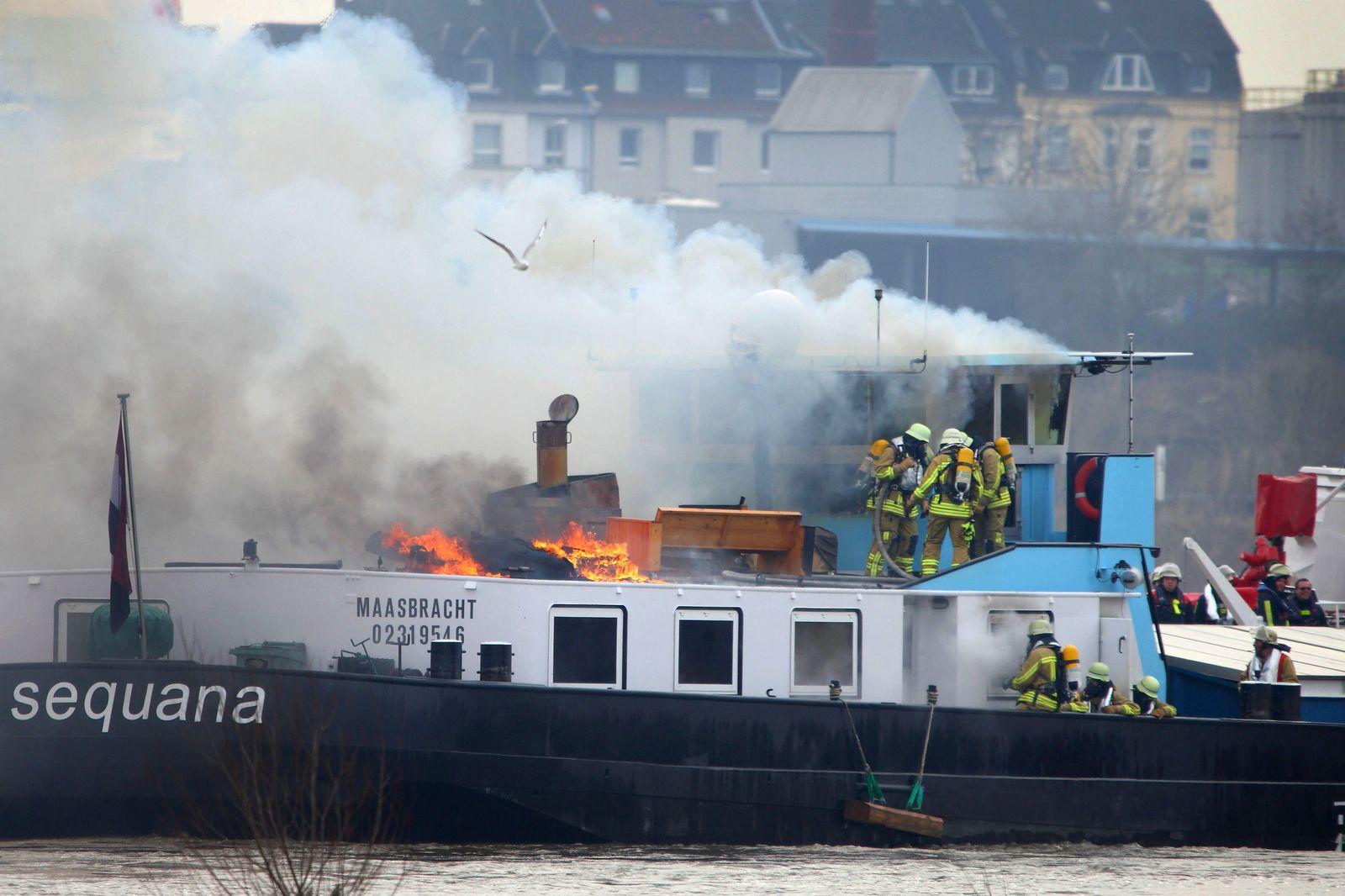Schiff brennt auf dem Rhein