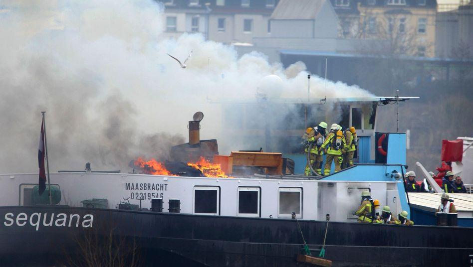 Feuerwehrleute auf Rheinschiff
