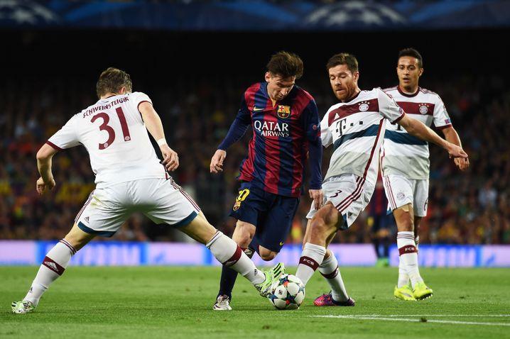 Doppeltorschütze Messi: Umzingelt von Bayern