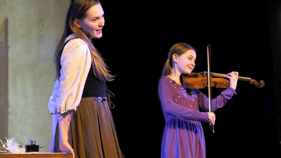 Alma Deutscher spielt in ihrem Stück auch selbst Geige