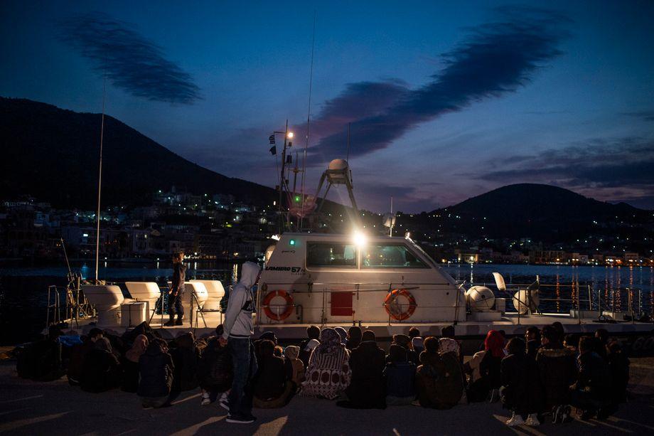 Griechische Küstenwache mit Migranten: Systematische Pushbacks
