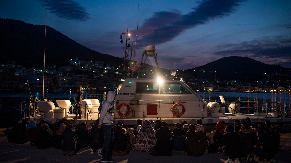 Flüchtlinge mit griechischen Grenzschützern: Zusammengeschlagen und auf dem Meer ausgesetzt (Symbolbild)