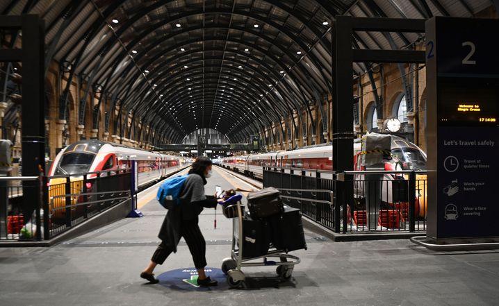 Pendler am Bahnhof King's Cross in London: Der Reiseverkehr zwischen Großbritannien und zahlreichen anderen Staaten ist derzeit stark eingeschränkt