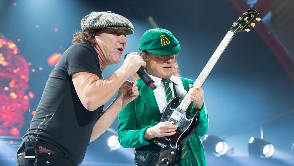 Brian Johnson und Angus Young von AC/DC bei einem Konzert in Kansas City (2016): Mit »Power Up« ganz oben