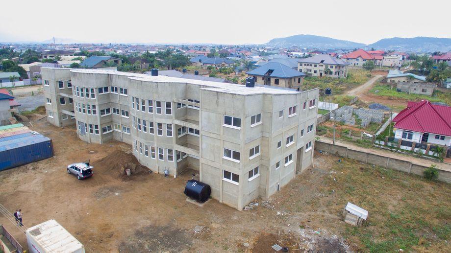 Der Krankenhausbau von Samuel Okae in Ghana, aufgenommen im August 2020
