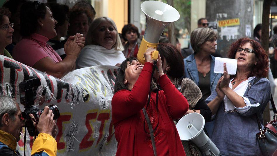 Proteste vor dem Finanzministerium: Kritik an den Aktivitäten der Geber-Troika