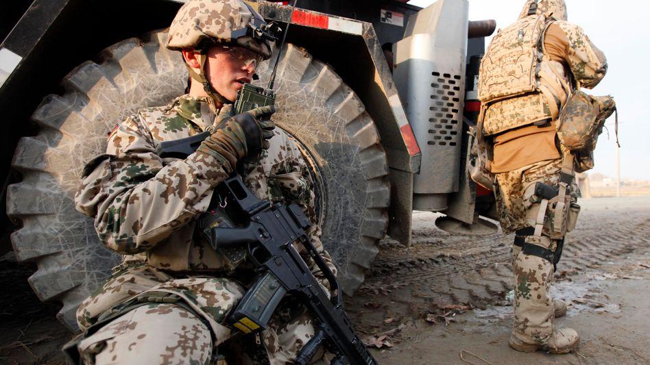 Bundeswehrsoldat mit Funkgerät