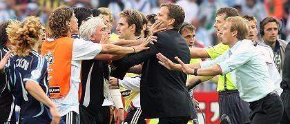 """DFB-Manager Bierhoff (M. mit Bundestrainer Jürgen Klinsmann, r.): """"Eine Betrachtung des Verhaltens deutscher Offizieller"""""""