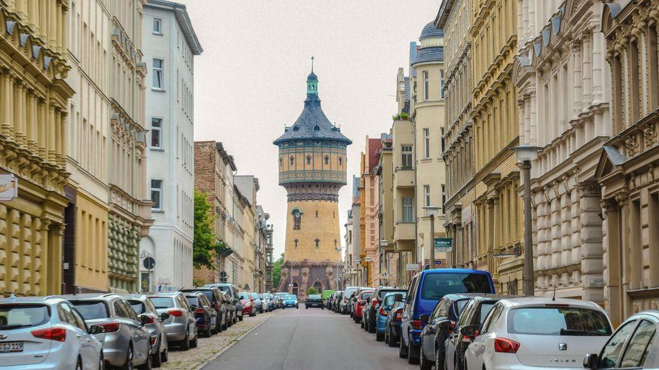 Straße und historischer Wasserturm in Halle (Saale)