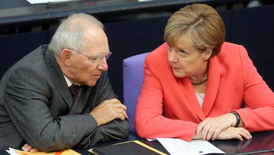 Finanzminister Schäuble, Kanzlerin Merkel: Wie fängt man die Kritiker ein?