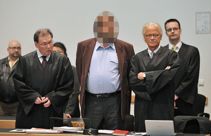 Werner M. (Mitte) 2010 mit seinem Anwalt Rubach (r.)