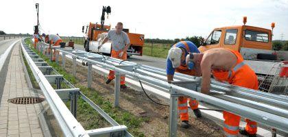 """Straßenarbeiter montieren auf dem neuen Autobahnabschnitt der A26 Leitplanken: """"Die Gefahr, dass sinnlos Beton verbaut wird, ist da"""""""
