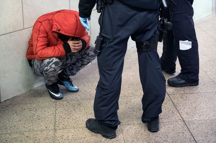 """Drogenkontrolle am Frankfurter Hauptbahnhof (2016): """"Auffälliges Verhalten kann man jedem nachsagen"""""""