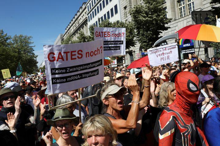Ohne Abstand, ohne Masken - und mit viel Wut. Demonstranten mit Anti-Gates-Bannern in Berlin
