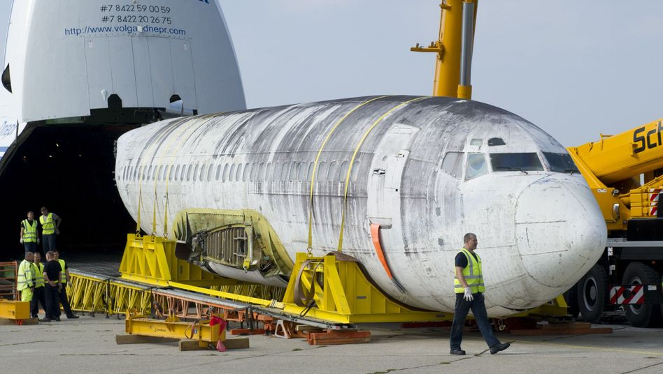 """""""Landshut""""-Rumpf bei seiner Ankunft in Friedrichshafen: Rückkehr im Bauch einer Antonow 124"""