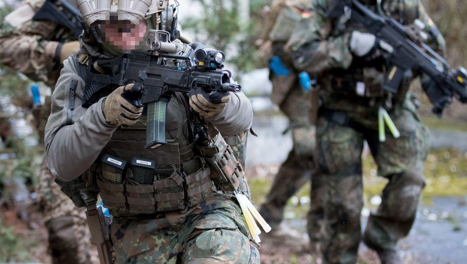 """Bundeswehrsoldaten der Eliteeinheit Kommando Spezialkräfte (KSK) beim Training: Weiterbildungen """"zum soldatischen Selbstverständnis"""""""