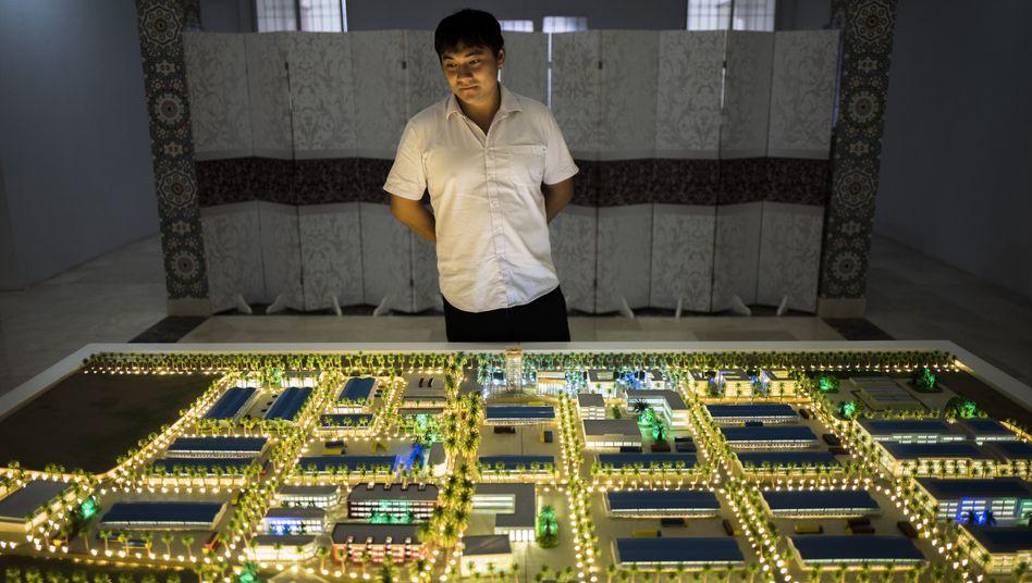 Projektchef Li am Modell der Freihandelszone: Eine Stadt aus dem Nichts