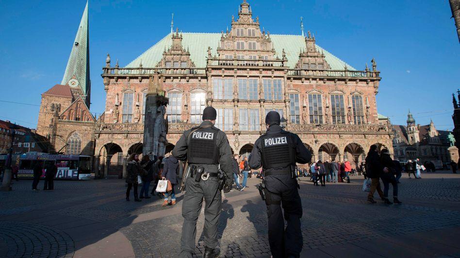 Polizisten Ende Februar in Bremen: Großeinsatz nach Terrorwarnung