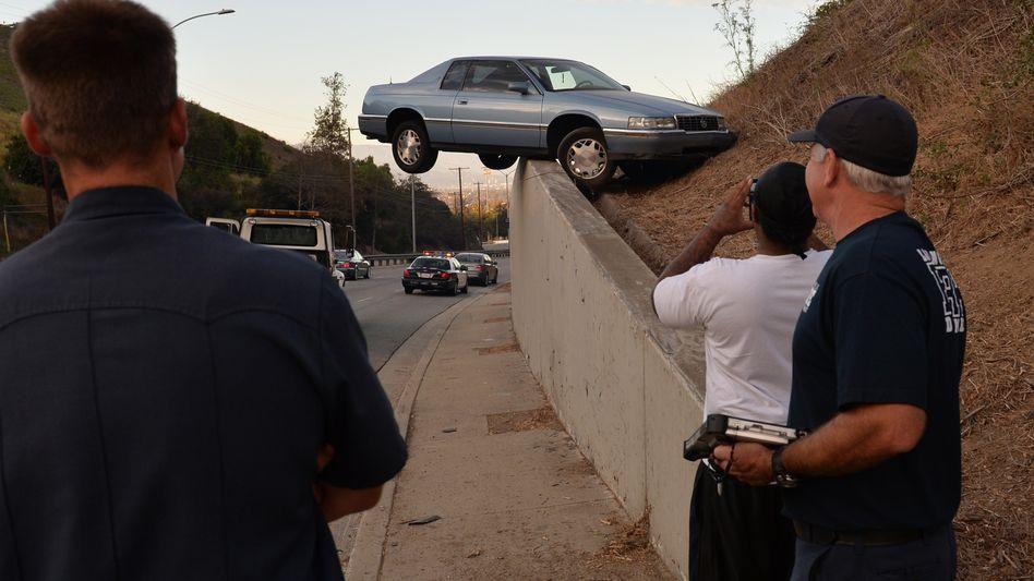 Unkonventionell geparktes Auto in Baldwin Hills, Los Angeles