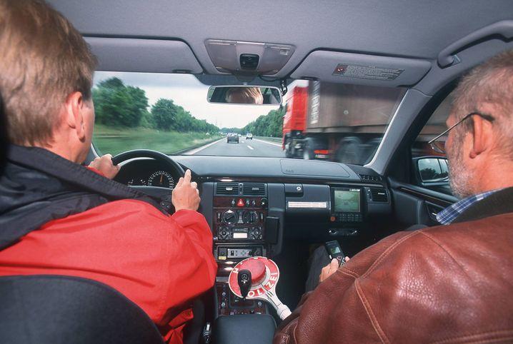 Autobahnpolizisten in einem zivilen Fahrzeug: Mitschnitt der Temposünder