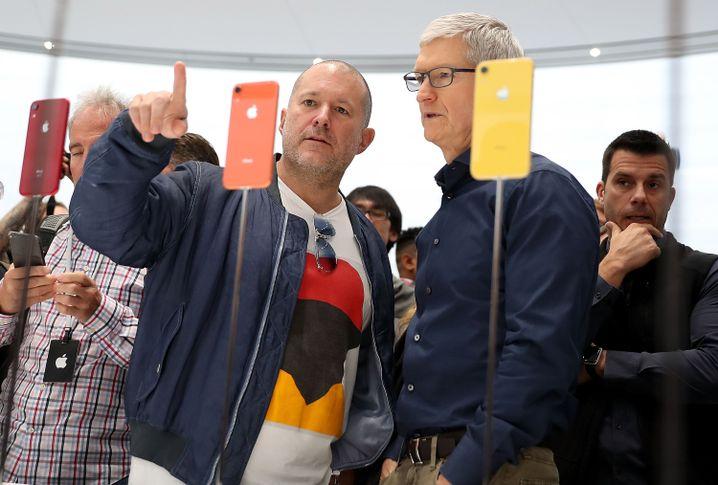 Ive (l.) und Cook begutachten Ende 2018 das iPhone XR