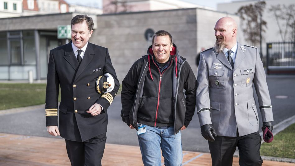 Hauptmann Nicolas Heyer (graue Uniform), Fregattenkapitän Marcel Yon (mit dunkler Uniform) und Jan Andresen