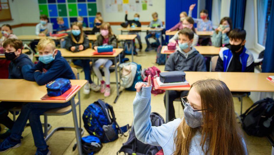 Unterricht mit Maske: Mehrere Bundesländer verschärfen die Regeln (Symbolbild)