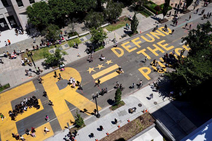 Protestslogan auf einer Straße in Washington