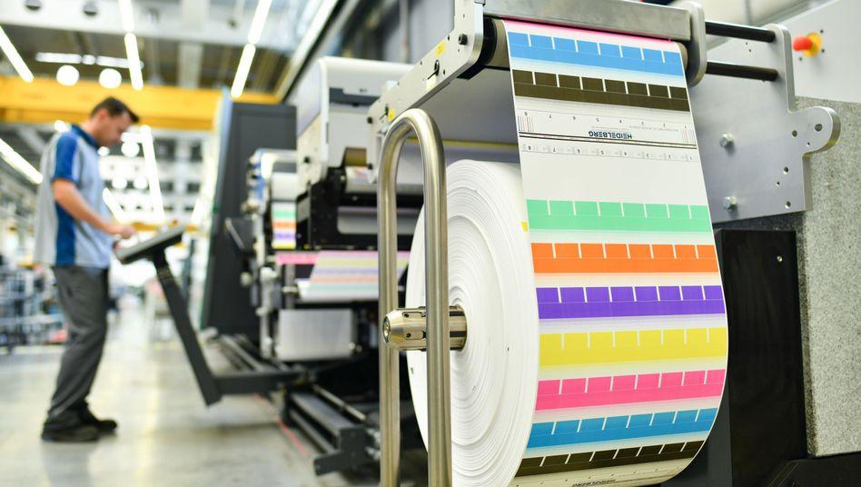 Mitarbeiter an einer Etikettendruckmaschine
