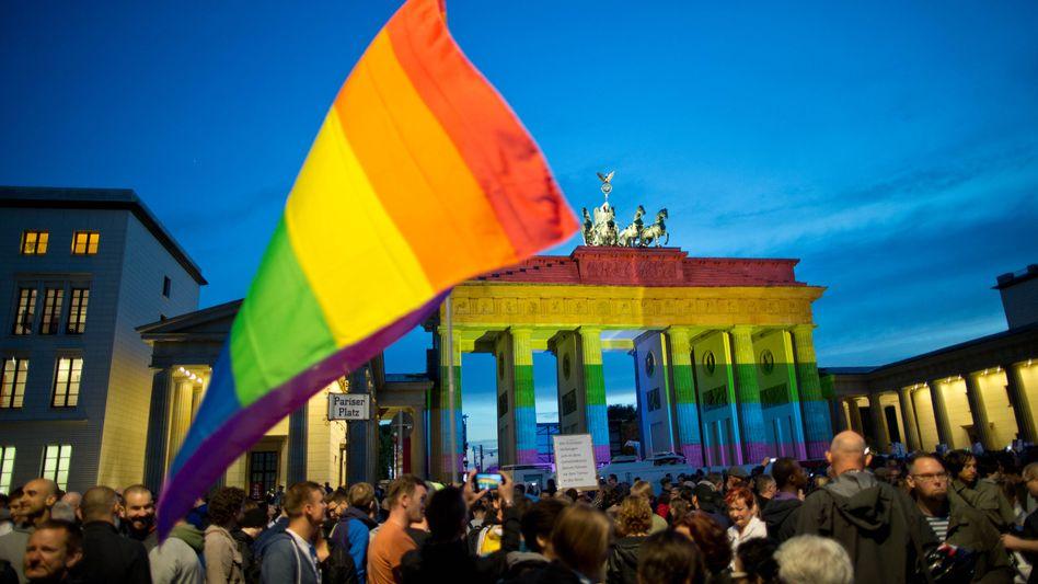 Das Brandenburger Tor in Regenbogenfarben