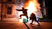 Demonstranten greifen Polizeiwache an