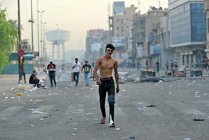 Ein verletzter Mann in Bagdad - die Einsatzkräfte gehen brutal vor