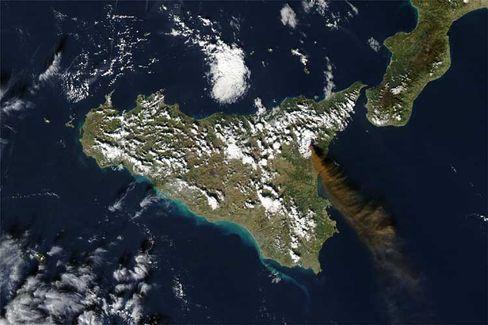Sizilien: Der Vulkan Ätna im Osten der Insel schleudert Asche in die Luft, die nach Südosten verweht wird