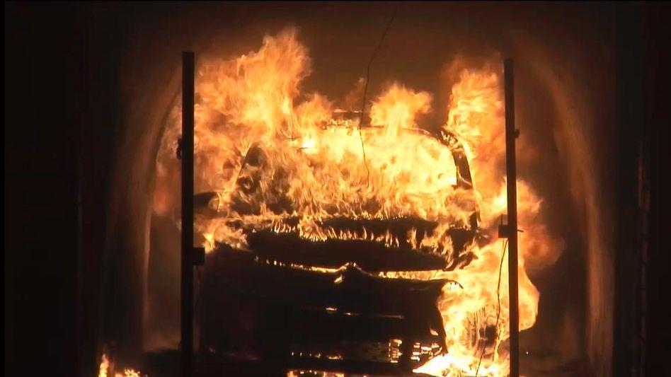 Brennendes Auto: Test der Deutschen Umwelthilfe (DUH) mit R1234yf