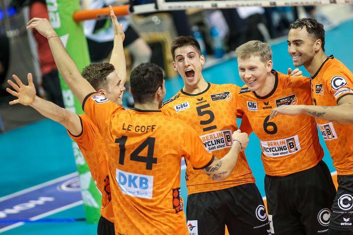 In der Bundesliga sind die Berlin Recycling Volleys auf dem Weg zur fünften Meisterschaft