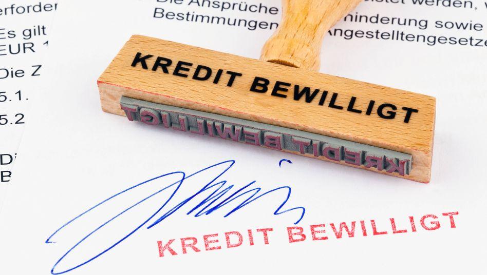 Wer regelmäßig einen teuren Dispokredit braucht, sollte lieber auf Ratenkredite zugreifen