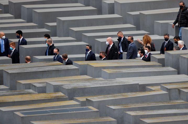 Der Tross mit den Außenministern der drei Länder im Stelenfeld des Holocaust-Mahnmals